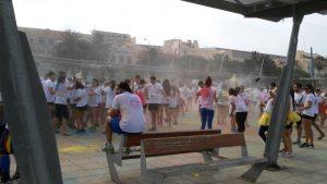 La carrera comenzó animando a los corredores con música y mucho color!