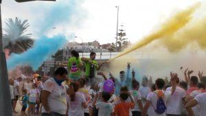 Bolsas de colores, extintores de color... animando a los corredores